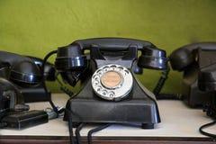 Teléfono viejo del vintage con vida conceptual de los prismáticos aún Fotos de archivo