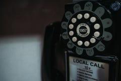 Teléfono viejo en primer de la cabina de teléfono foto de archivo libre de regalías