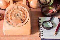 Teléfono y efectos de escritorio imagen de archivo libre de regalías