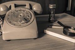 Teléfono y efectos de escritorio viejos imagen de archivo