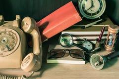Teléfono y el lugar de trabajo imagen de archivo