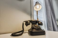 Teléfono y lámpara imágenes de archivo libres de regalías