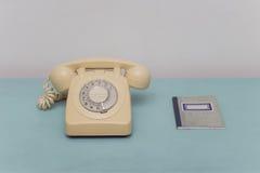 Teléfono y libreta de direcciones del vintage Imagenes de archivo