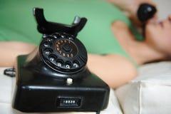 Teléfono y muchacha de la vendimia Imágenes de archivo libres de regalías