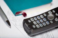 Teléfono y pluma Foto de archivo libre de regalías