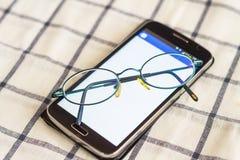 Teléfono y vidrios Foto de archivo libre de regalías