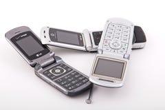 Teléfonos celulares clásicos viejos en blanco imagen de archivo