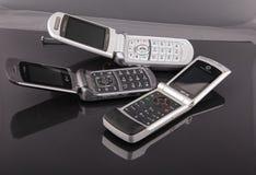 Teléfonos celulares clásicos viejos en negro fotografía de archivo