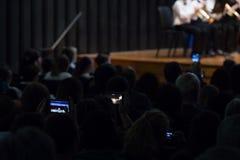 Teléfonos celulares que registran concierto de la banda fotos de archivo libres de regalías