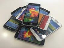 Teléfonos de móviles principales de la clase Imágenes de archivo libres de regalías