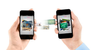 Teléfonos elegantes móviles mientras que imágenes de transferencia Imagen de archivo
