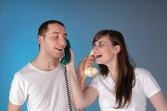 Teléfonos jovenes lindos del intercambio de los pares Foto de archivo