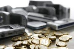 Teléfonos móviles clasificados, porciones de moneda euro Fotos de archivo libres de regalías