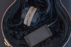 Teléfonos móviles con los auriculares en caso de que Fotografía de archivo libre de regalías