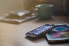 Teléfonos móviles en el escritorio Imagen de archivo libre de regalías