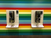 Teléfonos públicos en el aeropuerto de Singapur Fotos de archivo libres de regalías