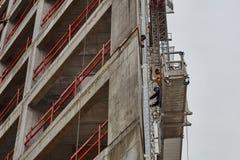 Tel Aviv - 10 06 2017: Arabische Arbeitskräfte, die eine Struktur in Telefon errichten Lizenzfreie Stockfotografie