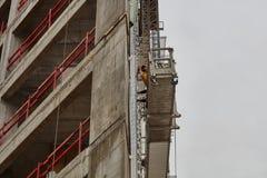 Tel Aviv - 10 06 2017: Arabiska arbetare som bygger en struktur i telefon Arkivfoton