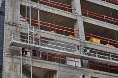 Tel Aviv - 10 06 2017: Arabiska arbetare som bygger en struktur i telefon Royaltyfri Fotografi