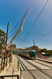 Tel Aviv - 20 04 2017: Berömd bro för Jerusalem centrum och Arkivbilder