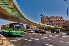 Tel Aviv - 20 04 2017: Berömd bro för Jerusalem centrum och Royaltyfri Bild