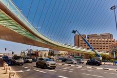 Tel Aviv - 20 04 2017: Berömd bro för Jerusalem centrum och Arkivbild