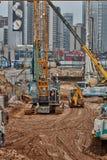 Tel Aviv - 10 06 2017: Budowa pracownicy i maszyneria ja Zdjęcia Royalty Free