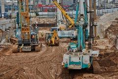 Tel Aviv - 10 06 2017: Budowa pracownicy i maszyneria ja Zdjęcia Stock