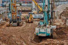 Tel Aviv - 10 06 2017: Budowa pracownicy i maszyneria ja Obrazy Stock