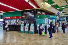 Tel Aviv - 20 04 2017: Centralt skrivbord för information om bussstation, telefon Royaltyfria Foton