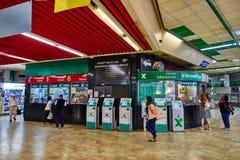 Tel Aviv - 20 04 2017: Centralt skrivbord för information om bussstation, telefon Arkivfoto
