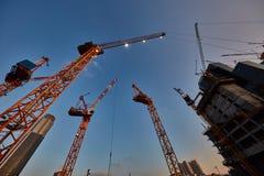 Tel Aviv - 9 de diciembre de 2016: Trabajo de las grúas de construcción en el teléfono Avi Imagen de archivo