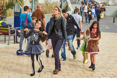 Tel Aviv - 20 de fevereiro de 2017: Trajes vestindo dos povos em Israel d foto de stock