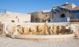 Tel Aviv - de moderne Dierenriemfontein op Kedumim-Vierkant met de standbeelden van astrologische tekens Stock Foto