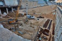 Tel Aviv - 9 December, 2016: Arbetare i konstruktionsplatsen, telefon A Arkivfoto