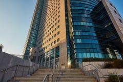 Tel Aviv - 9 December, 2016: Högväxta byggnader i Tel Aviv stadscen Arkivfoto