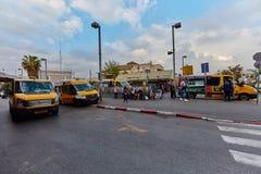 Tel Aviv - 4 December, 2016: Het parkeren van de de diensttaxi bij centraal Stock Afbeelding