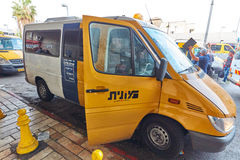 Tel Aviv - 4 December, 2016: Het parkeren van de de diensttaxi bij centraal Stock Foto
