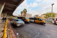 Tel Aviv - 4 December, 2016: Het parkeren van de de diensttaxi bij centraal Stock Afbeeldingen