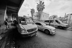 Tel Aviv - 4 December, 2016: Het parkeren van de de diensttaxi bij centraal Royalty-vrije Stock Foto's