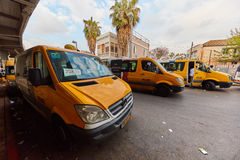 Tel Aviv - 4 December, 2016: Het parkeren van de de diensttaxi bij centraal Royalty-vrije Stock Afbeeldingen