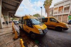 Tel Aviv - 4 December, 2016: Het parkeren van de de diensttaxi bij centraal Stock Foto's