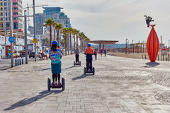 Tel Aviv - 4 December, 2016: Toeristen op een segway reis in Te Stock Foto