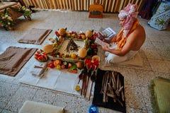Tel Aviv - 10 05 2017: Den Vedic traditionella hareKrishna prästen lurar Arkivbild