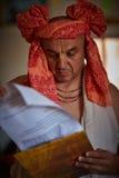 Tel Aviv - 10 05 2017: Den Vedic traditionella hareKrishna prästen lurar Arkivfoto