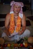 Tel Aviv - 10 05 2017: Den Vedic traditionella hareKrishna prästen lurar Royaltyfri Fotografi