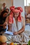 Tel Aviv - 10 05 2017: Den Vedic traditionella hareKrishna prästen lurar Fotografering för Bildbyråer