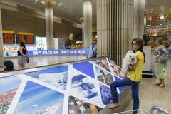 Tel Aviv - flicka med en hund på flygplatsen - 21 Juli - Israel, 20 Arkivbilder