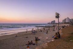 Tel Aviv - 20 06 2017: Folk på Tel Aviv strand på den tiden av Royaltyfri Foto