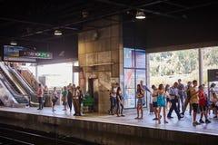 Tel Aviv - 10 04 2017: Folk som väntar på drevstationen Arkivfoto